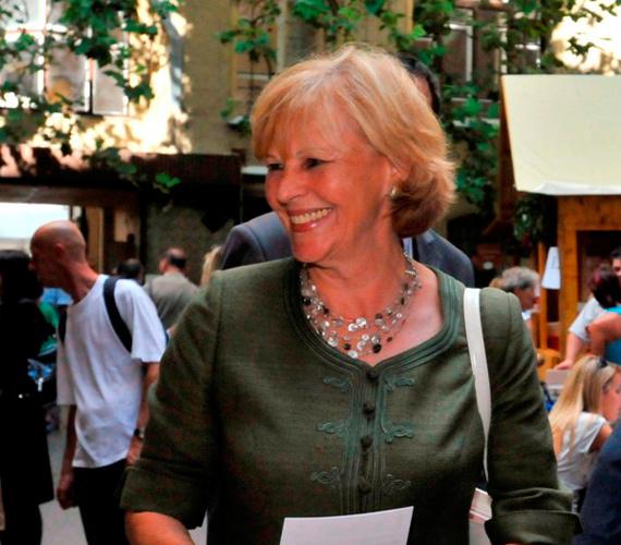 Schmitt Pál köztársasági elnök felesége, az olimpiai ezüstérmes tornász, Makray Katalin háttérbe szorította saját ambícióit, és a first lady szerephez igazodva ő is egyre több karitatív munkát vállal.