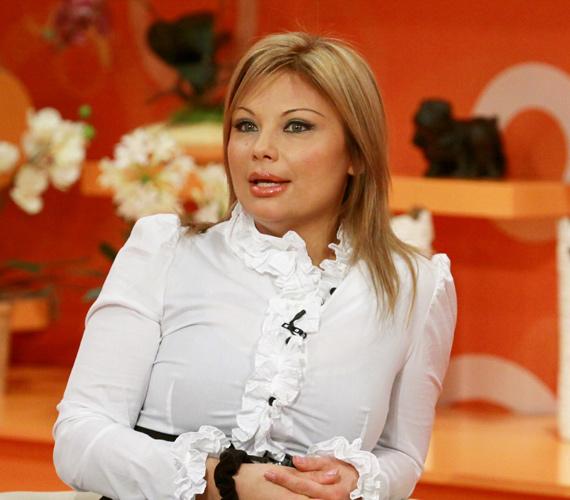 Tóbiás József hitvese, Rába Tímea kakukktojás: az 1991-es szépségverseny egykori dobogósa a celebvilág szereplője, így összességében több címlapot kapott, mint férje, aki az MSZP Pest megyei alelnöke.
