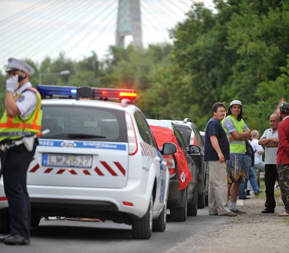 A 2-es főúton délelőtt jelentősebb fennakadás nem volt a főváros közigazgatási határán tartott részleges útzár miatt, az autósoknak legfeljebb néhány percet kellett várakozniuk. A lezárást technikailag a rendőrség biztosítja, a demonstráció békés.
