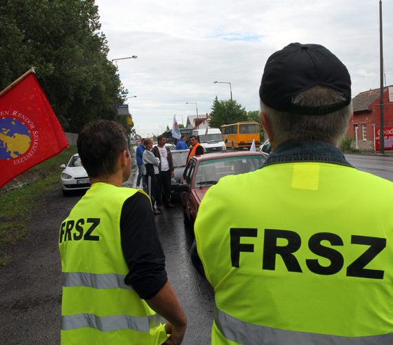 Az eső ellenére sok tucatnyian demonstrálnak hét órától Borsod-Abaúj-Zemplén megye több pontján is, Miskolcon a 3-as számú főút ki- és bevezető szakaszán, a 37-es számú úton.