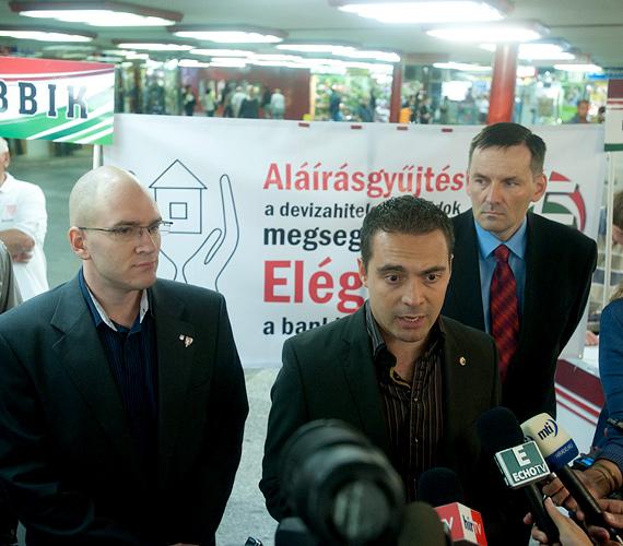 Csütörtökön délelőtt megkezdte a devizahitelesek ügyében bejelentett aláírásgyűjtő akcióját a Jobbik Budapesten, a Nyugati téri aluljáróban.