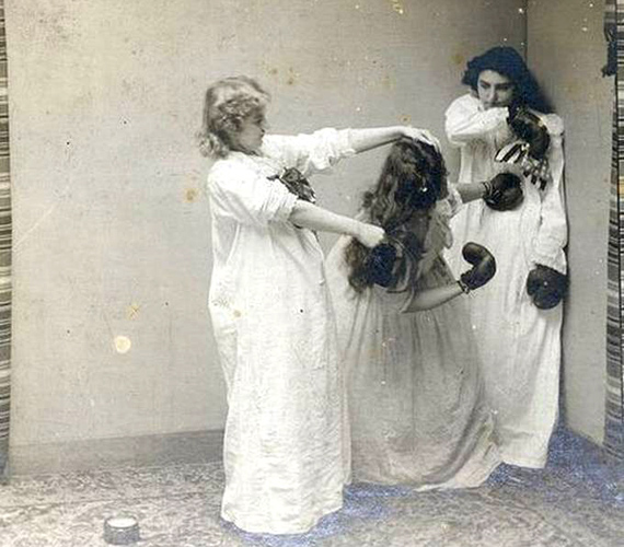Korabeli pizsamaparti - a régmúlt ifjú hölgyeinek is le kellett valamivel vezetni a feszültséget.
