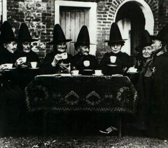 A boszorkányok teadélutánja című fotó egy ma is létező angliai női szövetség éves találkozóján készült.