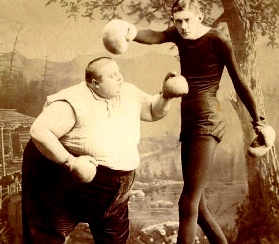 A cirkuszosok az elmúlt századok legizgalmasabb karakterei közé tartoztak. A képet leginkább a furcsa beállítás teszi különlegessé.