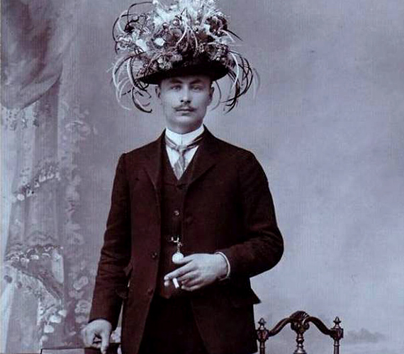 A divat már az elmúlt századokban sem ismert határokat. Vicc volt-e, vagy sem, az egzotikus fejfedő igazi különlegességgé tette a képet.