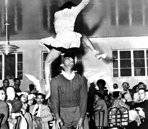 Érdemes volt magasra dobni a lányt - bár a fiatalember valószínűleg nem arra csodálkozott rá, mint azok, akik megtekintik a fotót.