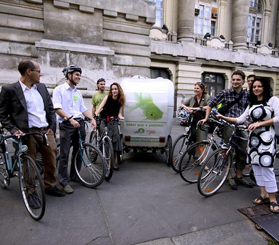 A Lehet Más a Politika tagjai a biciklizést preferálják, ezen a képen épp EP-programjukat kézbesítik.