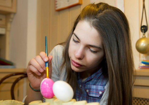 A tojások közben folyamatosan készülnek, itt éppen rendhagyó módon a rószaszínű alapra kerül fel a minta.