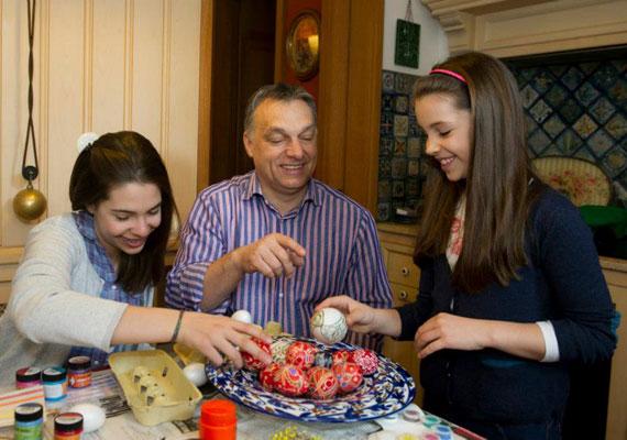 A két kisebbik lány ihletet meríthet a hagyományos mintákból, mielőtt nekilátnak a saját készítésű piros tojásoknak.