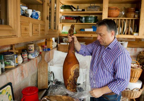 Orbán Viktor egy darabka sonkával szemezget.