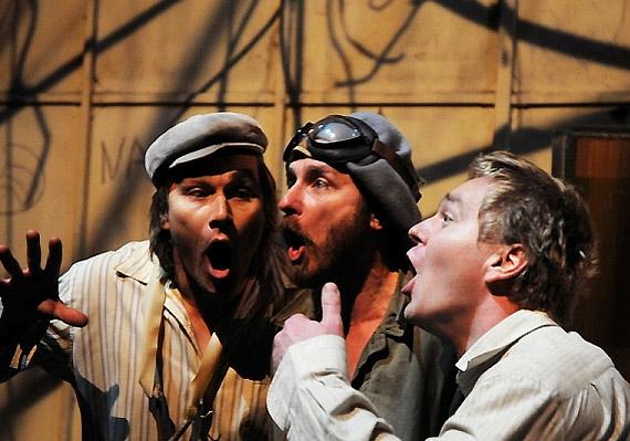 A Mesés férfiak szárnyakkal című előadás a debreceni Csokonai Színházból szállt alá. Június 14-én láthatod két alkalommal.