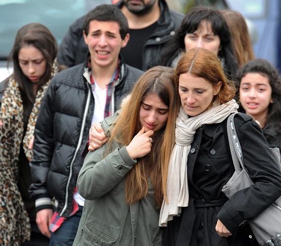 Fiatalok távoznak az iskolából a lövöldözés után.