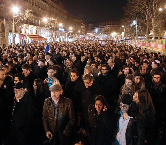 Megemlékezés Párizsban a gyilkosság után.