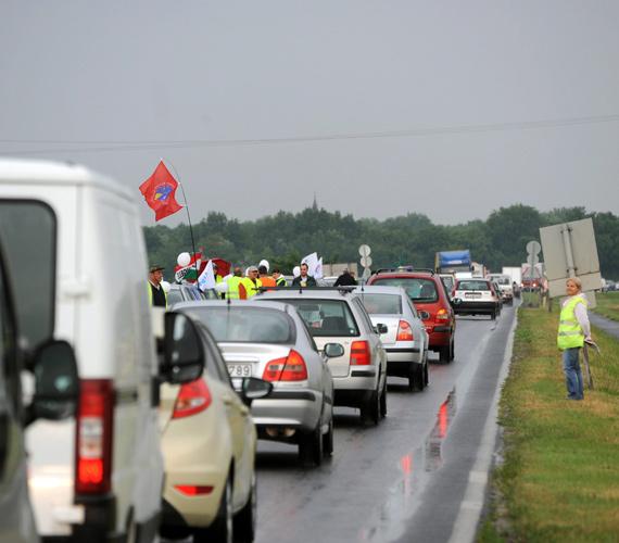 Szerdától csütörtökig az ország 40 pontján félpályás útlezárással tiltakoztak a magyar szakszervezetek a munkát érintő változások és a korkedvezményes nyugdíj elvétele ellen.