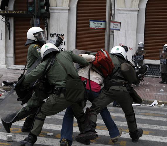 A héten folytatódtak a tüntetések Görögországban a kormány 7 608 milliárd forintos megszorítócsomagja ellen. A megszorításokra szükség van, különben csődbe menne az ország.