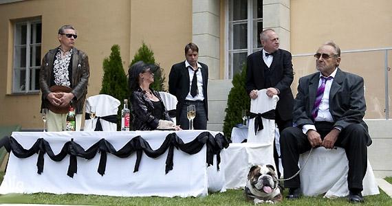 Díszes társaság a temetésen: középen kalapban az özvegy Klárika - Udvaros Dorottya.