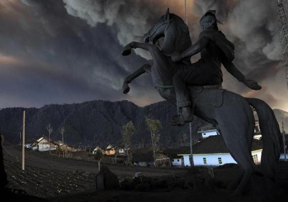 Az indonéz Mount Bromo vulkán éppen kitörni készül, a fekete hamu már ellepte Cemoro Lawang faluját. Christophe Archambault léphetett fel a képzeletbeli dobogó legalsó fokára 2011-ben ezzel a képpel.