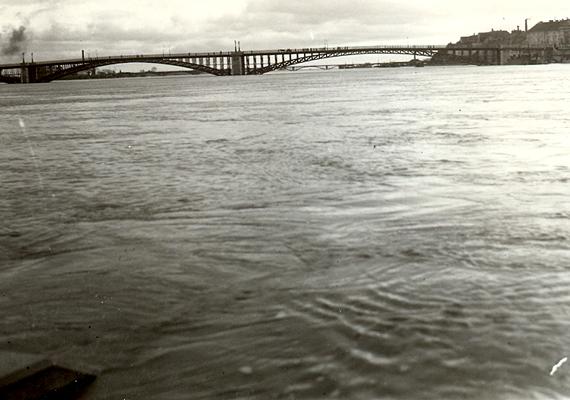 Szegeden 1932-ben is megismétlődött az árvíz, a Tisza 923 centiméteren tetőzött.