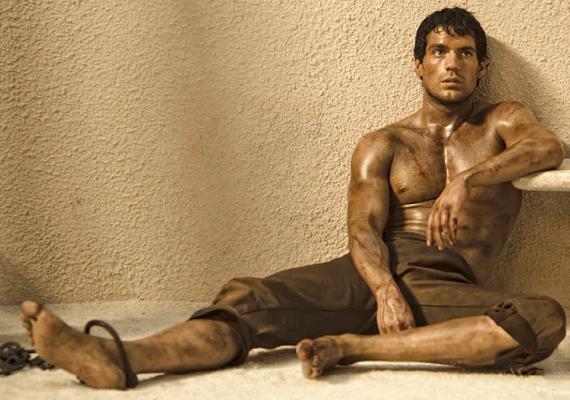 Henry Cavill a Halhatatlanok című filmben, Thészeusz szerepében szabadult meg a textiltől. Egy biztos, mi szívesen élnék vele örökké halhatatlanságában.
