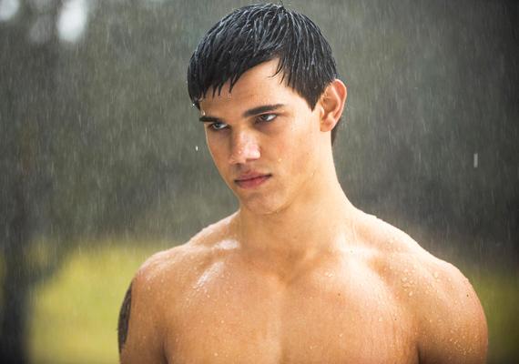 Taylor Lautner szintén meztelen vérfarkasként rohangált Bella után, aki még mindig Edward után áhítozott az Alkonyat: Újholdban.
