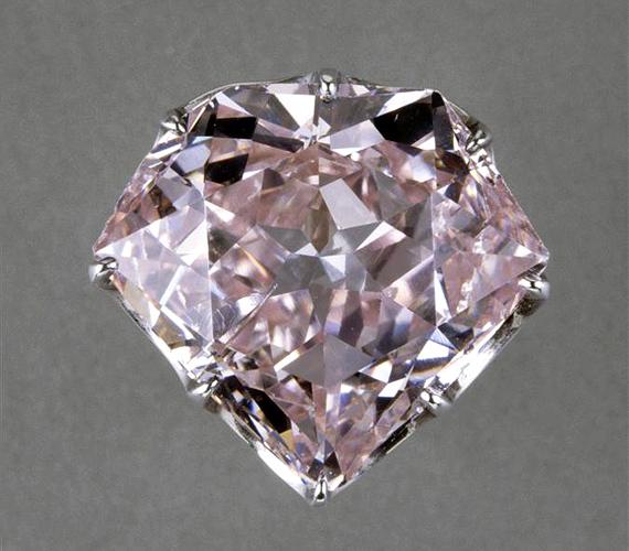 A barackszínű Hortensia gyémántot a holland királyné, Napóleon mostohalánya után nevezték el. A gyémántot a Louvre-ban őrzik.