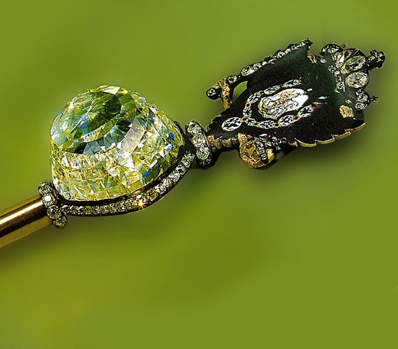 A zöldes színű, orosz Orloff gyémánt kalandos története során olyan töténelmi alakok tulajdonában volt, mint Nagy Katalin cárnő.