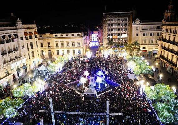 A spanyolországi Córdobában a Tendillas tér minden évben zsúfolásig megtelik óévbúcsúztató emberekkel.
