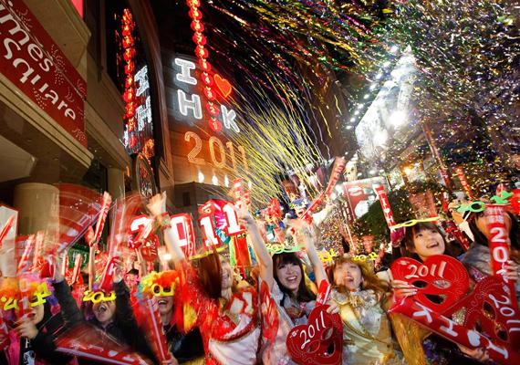 A hongkongiak imádják a figyelemfelkeltő dekorációs elemeket és maskarákat, szilveszterkor is szívesen használják-viselik őket.