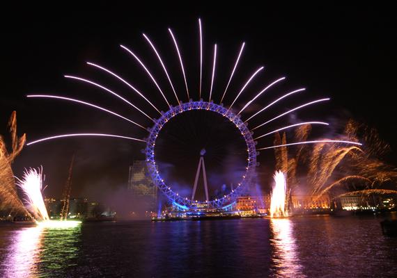 London nem fukarkodik a szilveszteri díszítéssel, a Big Bentől kezdve a London Eye-ig minden fényben ragyog, megadva a hangulatot a bulizó embereknek.