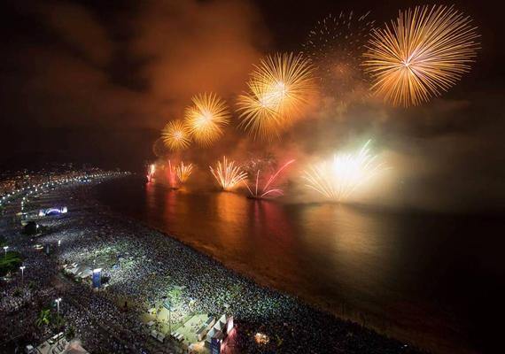 Rio de Janeiro lakosai igazi brazil karneváli hangulatot varázsolnak a tengerpartra minden szilveszterkor.