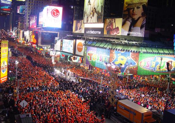 A New York-i Time Square-en mindig hatalmas tömeg verődik össze.