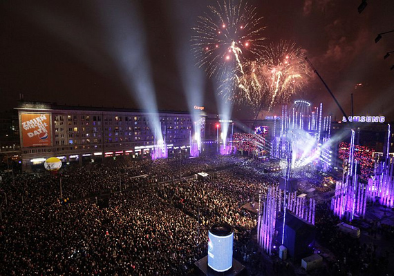 A varsói Alkotmány téren nem sokkal éjfél után óriási tűzijáték- és fényshow-val köszöntik az új esztendőt.