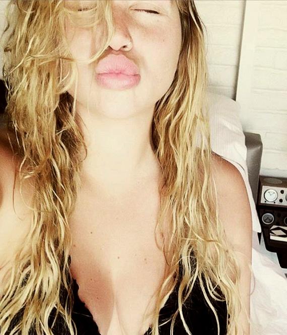A minap Kesha ezt a fotót osztotta meg az Instagramon, és jól látszik, hogy egykor átlagos méretű ajkait óriásira töltette.