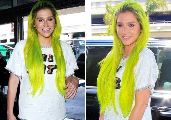 A 28 éves énekesnő ezzel a hajszínnel sokkolta a járókelőket a minap, amikor megérkezett a Los Angeles-i repülőtérre.