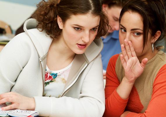 Alapjáraton a legtöbb lány pletykás egy kicsit, azonban ne feledd, hogy a srác nem a barátnőd! Az osztálytársról hallott kétes, vicces sztorit inkább ne neki feszegesd.