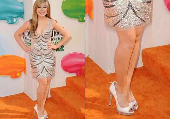 Jennette McCurdy ruhájával még nem is lett volna nagy baj, de a lába majdnem kiesett a túl nagy cipőből.