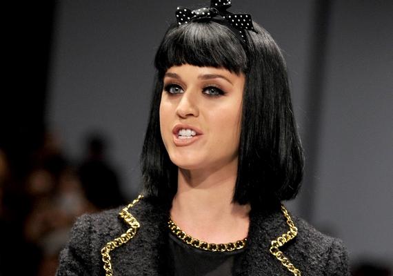 Katy Perry is a pontatlanságával vívta ki a közönség ellenszenvét. Az énekesnő tavaly a Milánói Divathét egyik sztárvendége volt, de egy félreértés miatt egy órás késéssel érkezett a helyszínre, és miatta csúszott az egész program. Amikor a kifutóra lépett, a nézők kifütyülték.
