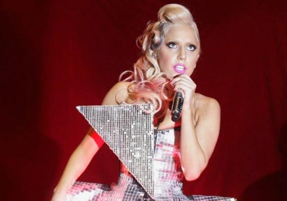 Lady Gaga már a karrierje kezdetén is megengedte magának, hogy felülbírálja egy koncert hosszát. 2009-ben a V-fesztiválon lépett fel, ahol késve érkezett, majd egy röpke show után idő előtt távozott, ezzel hatalmas felháborodást kiváltva a jelenlévő tömegből.