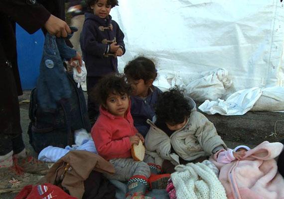 A Migration Aid azt írja, Törökországban hétvégén még 25 fok volt, ezért mire ideértek a menekültek, felkészületlenül érhette őket a csapadékos, hideg idő.