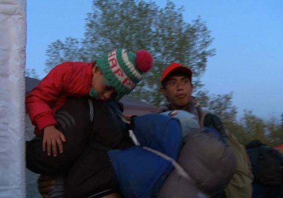 Egy magatehetetlen kislányt cipelt édesapja, akire a szervezet önkéntesei lettek figyelmesek.