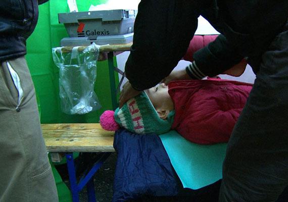 A gyereken ugyan sapka volt, cipő azonban nem. Orvosi ellátásra szorult, így kerülhette el a kihűlést.