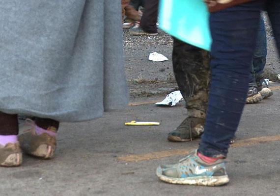 A rengeteg gyaloglás esős időben még nehezebb, a gyerekek is sáros, elázott ruhában érkeznek meg a magyar határra, ahonnan továbbra is buszokkal szállítják őket az osztrák határhoz.