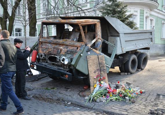 A városban úton-útfélen virágokkal emlékeznek az áldozatokra.
