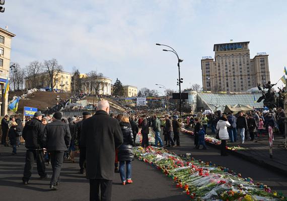 Az Instituskaja utca hírhedté vált: a 83 halottból nyolcvan ember vesztette itt életét. A háttérben az Ukrajna Hotel látszódik, innen szedték áldozataikat a mesterlövészek.