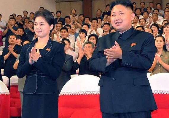 Kim Dzsongun feleségével, Ri Szoldzsuval egy nyilvános megjelenés alkalmával. Nem sokat tudni a fiatal nőről, akit a diktátor 2012 augusztusában mutatott be a nyilvánosságnak.