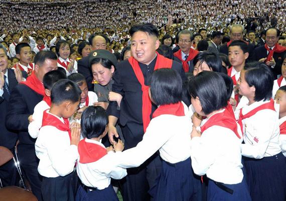 Gyerekek és felnőttek sírva imádják a vérengző diktátort.