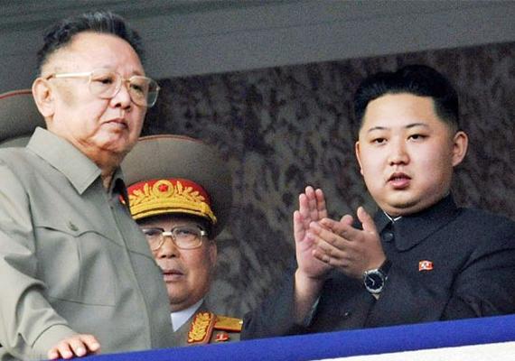 Kim Dzsongun apjával Kim Dzsong Illel Phenjanban, egy katonai felvonuláson.