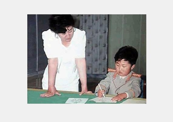 Kim Dzsongun gyerekkorában anyjával, Ko Jonghivel.