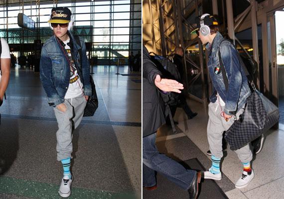 Justin Los Angelesből repült Párizsba, a reptérre hatalmas baseballsapkában és felemás zokniban érkezett.