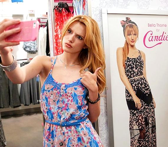 Bella Thorne egy ruhaüzletben állt meg egy szelfi kedvéért az őt ábrázoló plakáttal.